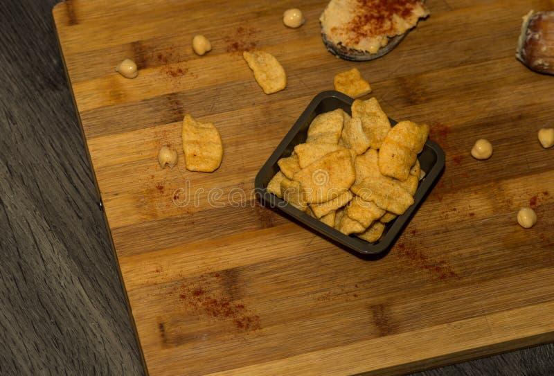 Фотография некоторых кур-чипов с оливковым маслом и паприкой стоковое фото rf