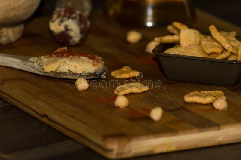 Фотография некоторых кур-чипов с оливковым маслом и паприкой стоковые фото