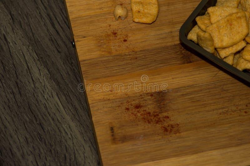 Фотография некоторых кур-чипов с оливковым маслом и паприкой стоковое изображение