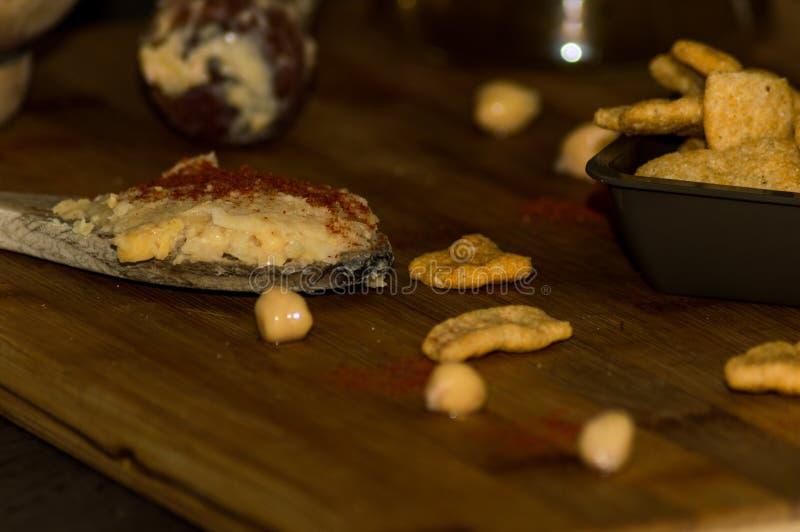 Фотография некоторых кур-чипов с оливковым маслом и паприкой стоковая фотография rf