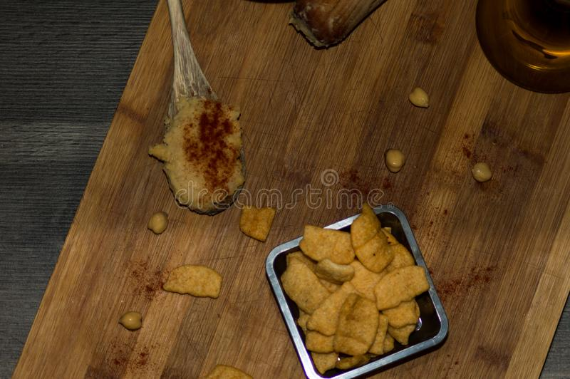Фотография некоторых кур-чипов с оливковым маслом и паприкой стоковые фотографии rf