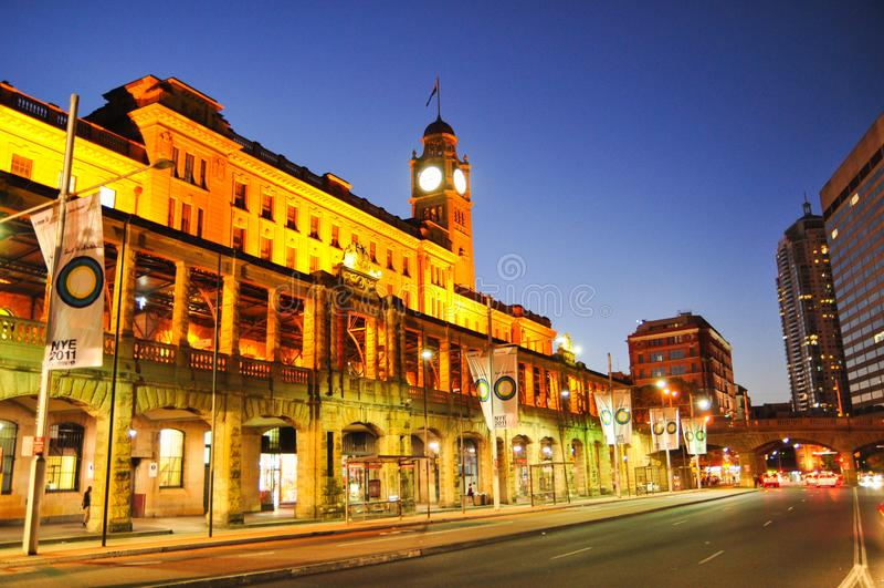 Фотография ночи городского пейзажа Сиднея на центральном железнодорожном вокзале, на вихре Ave стоковые изображения rf