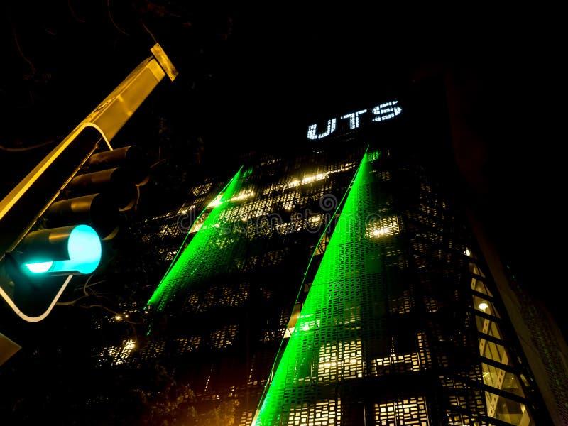 Фотография ночи здания современного дизайна технологического университета Сиднея UTS стоковая фотография rf