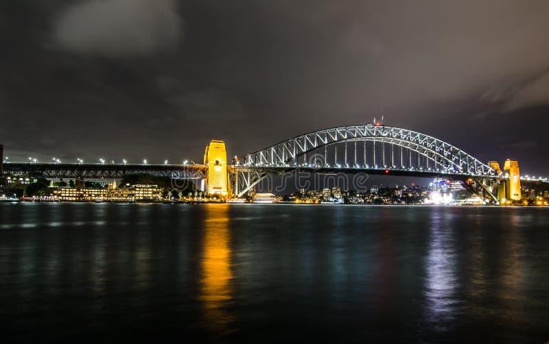 Фотография ночи моста гавани Сиднея в пасмурной ноче стоковое изображение rf
