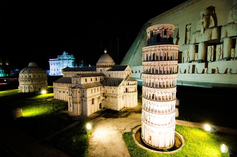Фотография ночи di Пизы pendente Torre на миниатюрном парке открытое пространство которое показывает миниатюрные здания и модели стоковые изображения rf