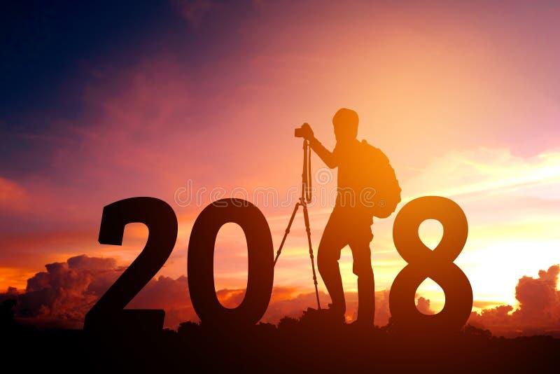 Фотография силуэта молодая счастливая на 2018 Новых Годов стоковая фотография rf