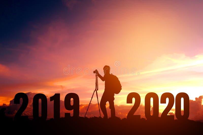 Фотография силуэта молодая счастливая на 2020 Новых Годов стоковая фотография rf