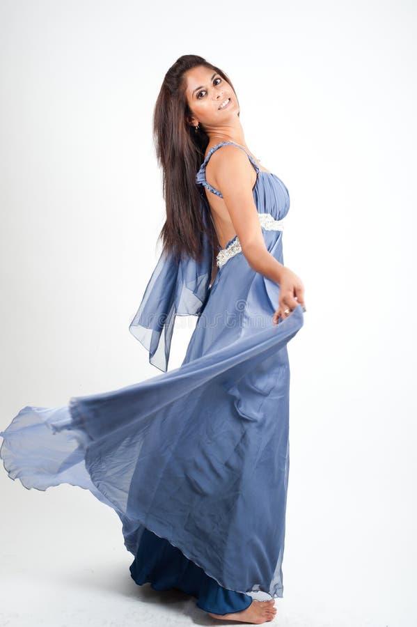 Фотография студии женщины модельная на белом экране стоковое изображение rf