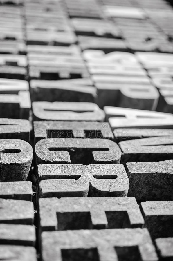 Фотография толстого камня помечает буквами предпосылку в перспективе стоковые изображения