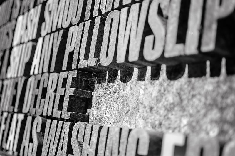Фотография толстого камня помечает буквами предпосылку в перспективе стоковые фото