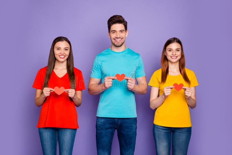 Фотография трех групп, у которых в руках мало бумажной карты, показывающая их любовь к скрипу. стоковое изображение