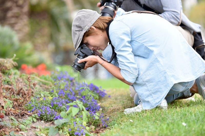 Фотографы в парке делая фотографию макроса стоковые фотографии rf