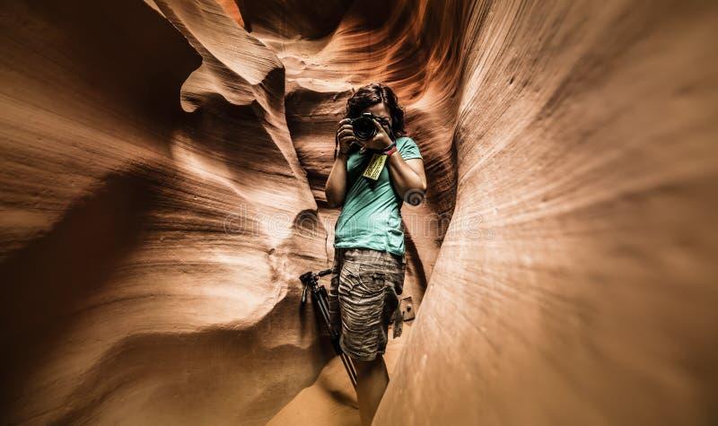 Фотограф в более низком каньоне антилопы стоковое фото rf