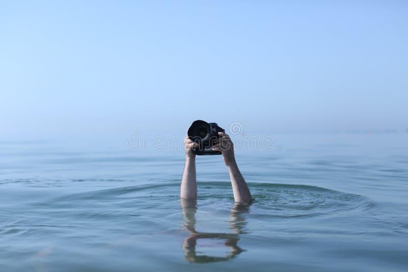 Фотограф в воде стоковые изображения rf