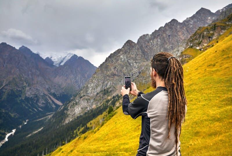 Фотограф в горах стоковое изображение rf