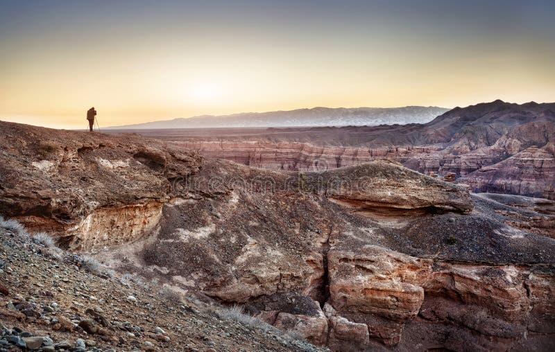 Фотограф в каньоне Charyn стоковые изображения rf