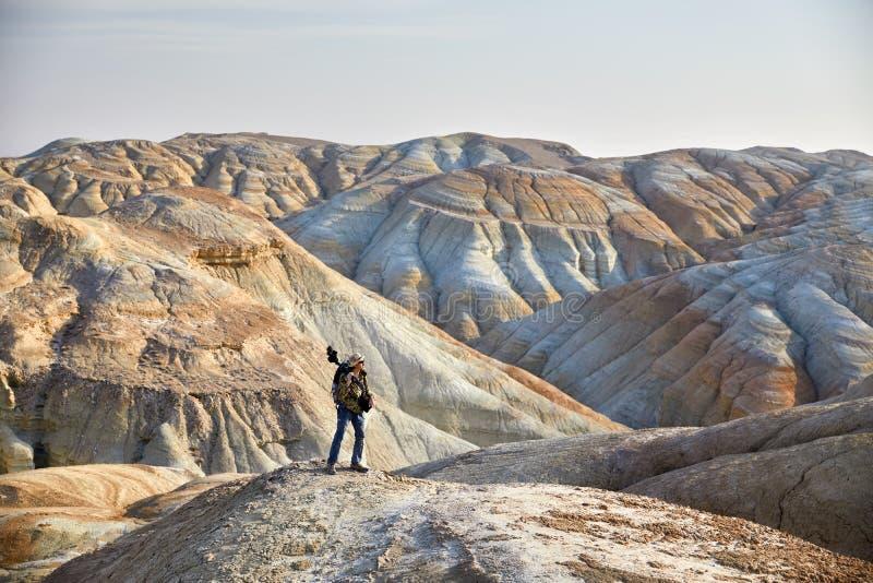 Фотограф в пустыне стоковые изображения rf