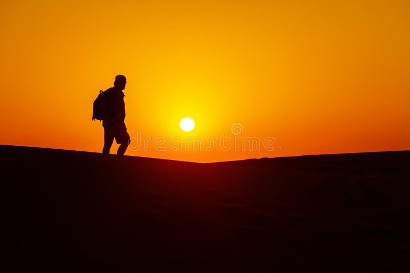 Фотограф в пустыне стоковое фото