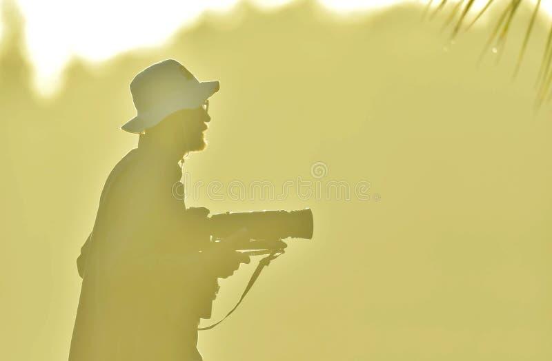 фотограф в тумане утра на восходе солнца стоковая фотография