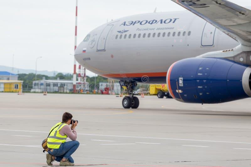 Фотограф делает фото из аэробуса A330 авиакомпаний Аэрофлота на авиаполе Плоский пятнать, хобби, авиация стоковое изображение rf
