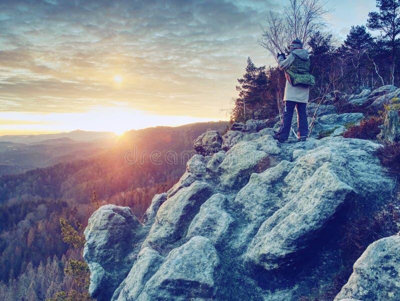 Фотограф женщины Hiker принимает фото от острого края скалы стоковая фотография