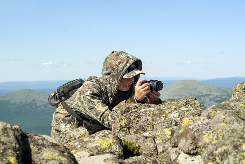 Фотограф живой природы в горах стоковые изображения