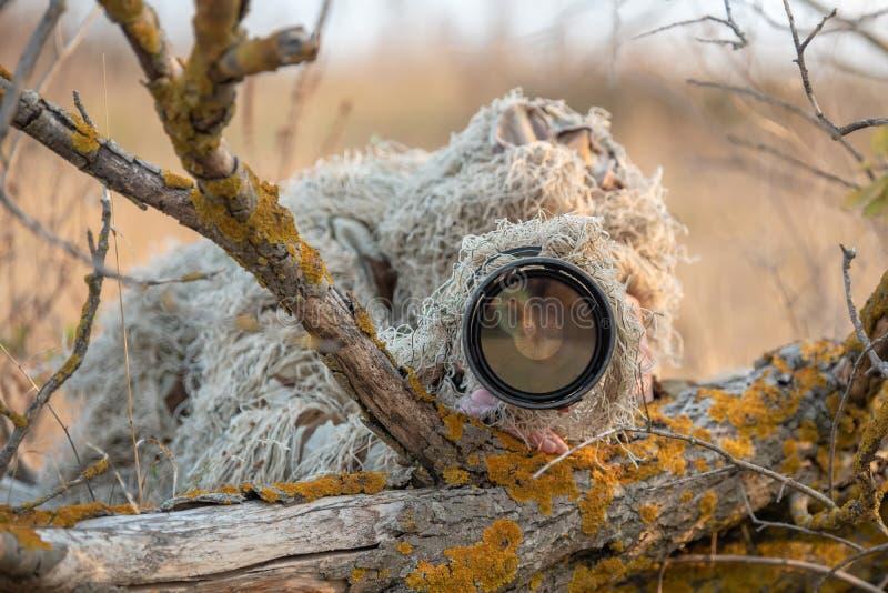 Фотограф живой природы в работе костюма ghillie стоковая фотография