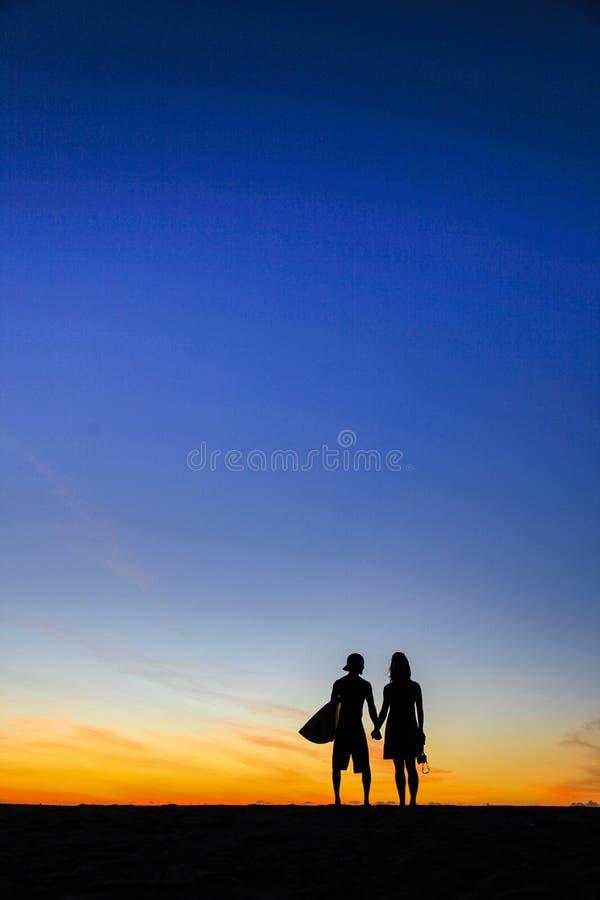 Фотограф захода солнца любовников Kalalau встречает серфер стоковые изображения rf