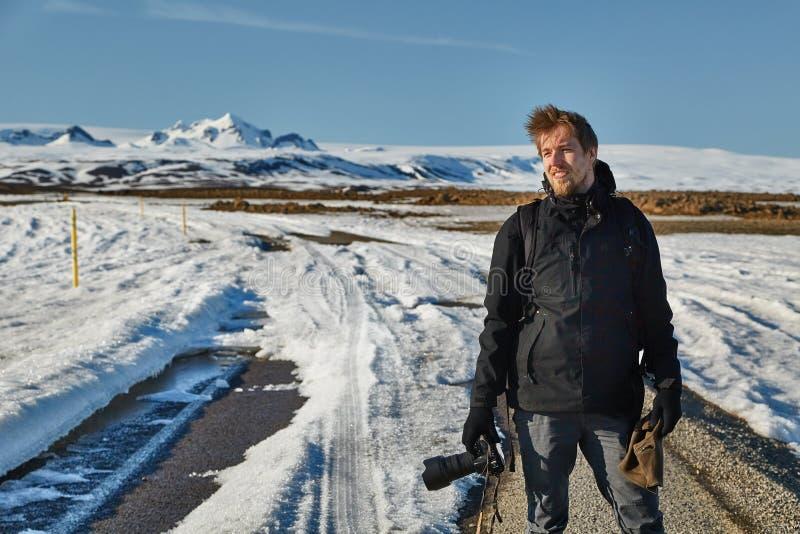 Фотограф ландшафта в Исландии Путешествие начинает где дорога кончается стоковые изображения rf