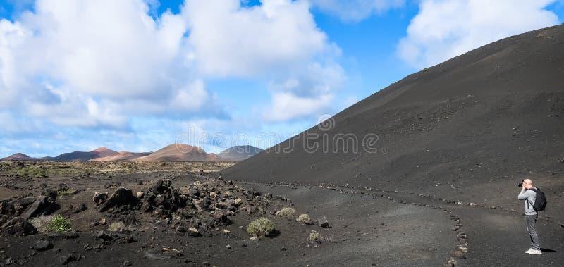 Фотограф ландшафта в ландшафте вулкана стоковое изображение rf