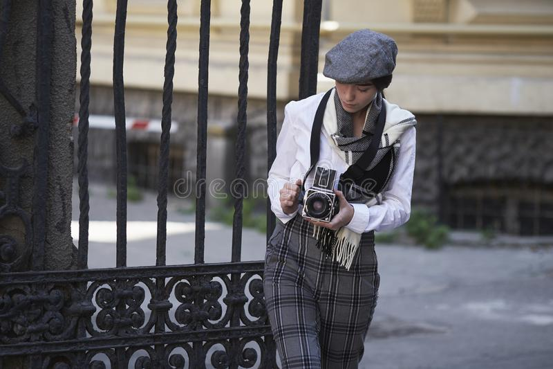 Фотограф маленькой девочки стоковая фотография