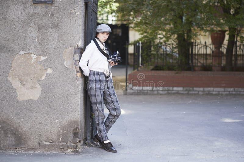 Фотограф маленькой девочки стоковые фотографии rf