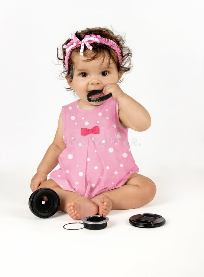 Фотограф младенца со сломленным объективом стоковые фотографии rf