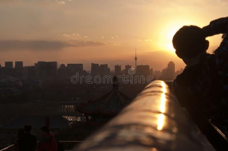 Фотограф на работе на открытом воздухе Город Пекина стоковые изображения