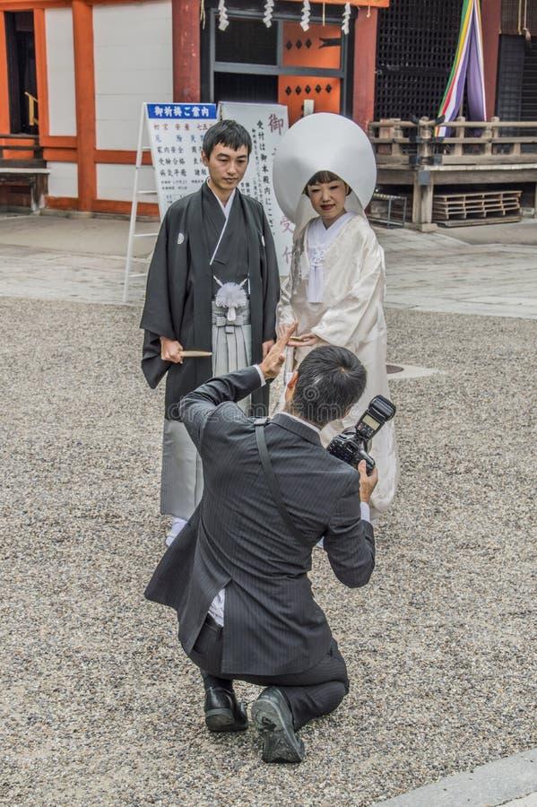 Фотограф на синтоистской свадьбе на святыне Японии Yasaka Киото стоковые изображения