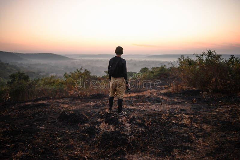Фотограф перемещения смотря восход солнца стоковые изображения rf