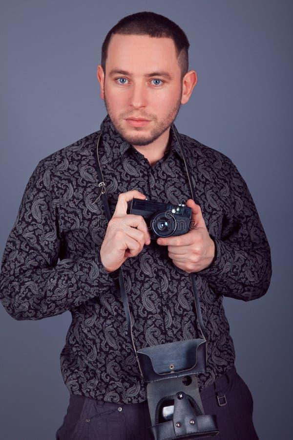 просил денег мужской портрет фотографа с прицелом гильзой второй мировой