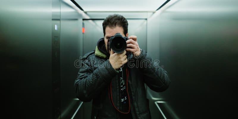 Фотограф принимая кинематографическое selfie зеркала с сетноым-аналогов взглядом фильма вольфрама и зерно на ISO 800 стоковые фотографии rf
