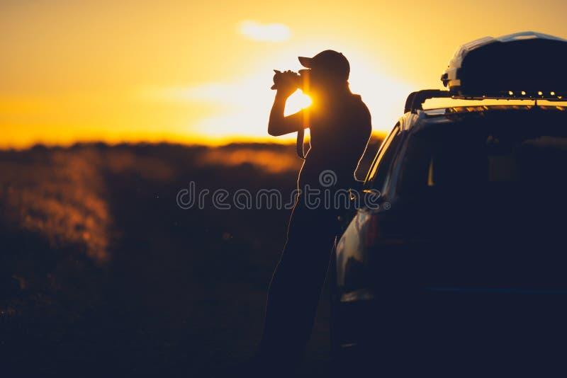 Фотограф природы в поле стоковое фото