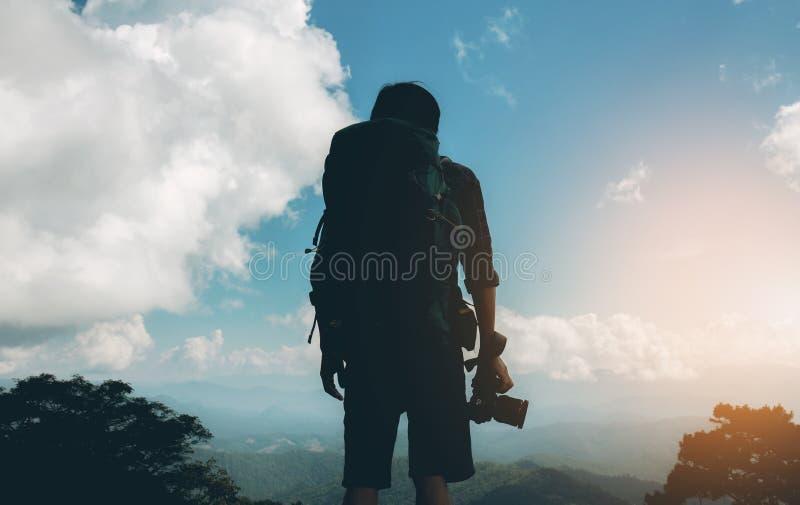 Фотограф путешественника на заходе солнца стоковое фото rf
