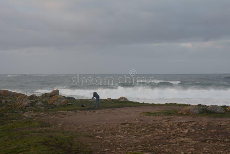 Фотограф работая в шторме стоковые фото