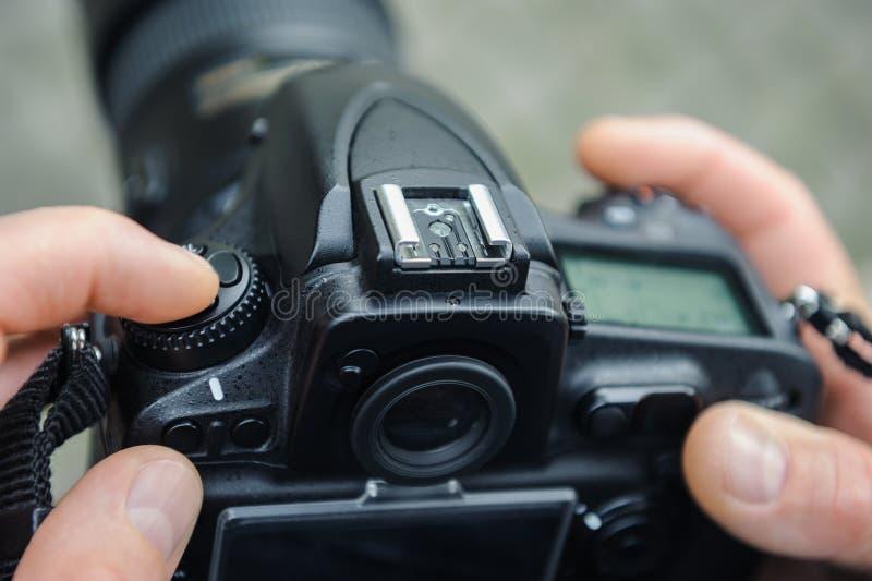Фотограф регулирует камеру стоковое изображение rf