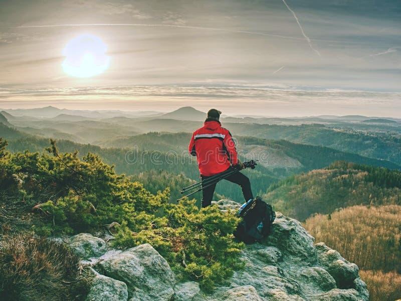 Фотограф с треногой и камера на скале и мысли стоковые изображения