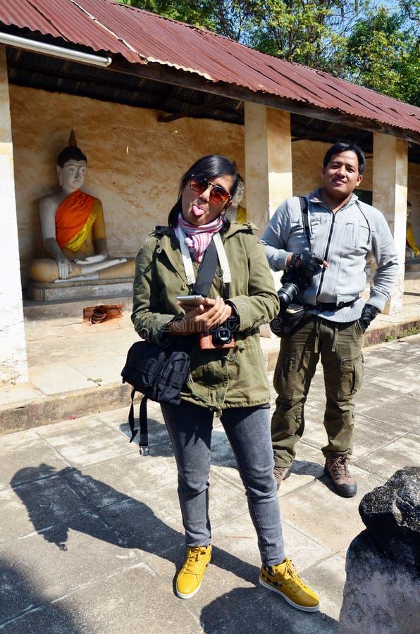 Фотограф человека портрета тайский и фотограф женщины в виске Aranyikawas стоковые изображения rf