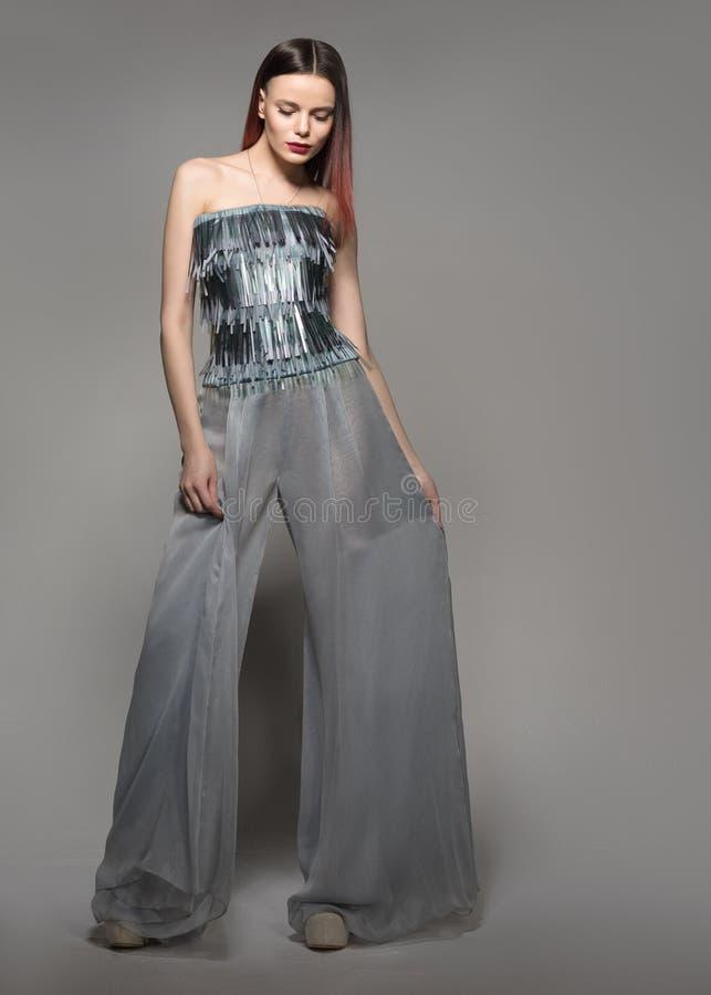 Фотомодель внутри во всю длину Женщина очарования в брюках широк-ноги стоковая фотография