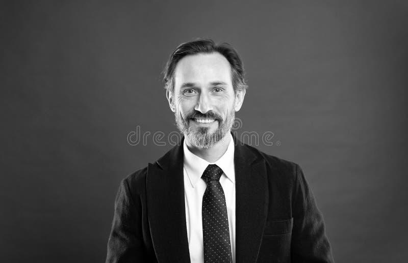 Фотомодель человека красивая зрелая нести модный костюм на красной предпосылке Костюм вдохновляет чувство доверия джентльмена стоковая фотография rf