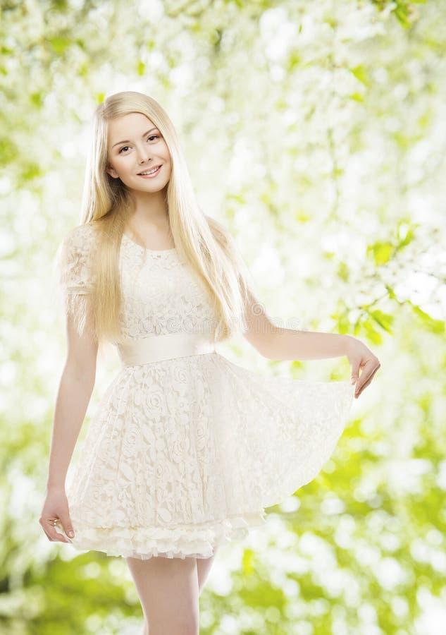 Фотомодель в белом платье, девушке вышила одеждам шнурка стоковая фотография rf