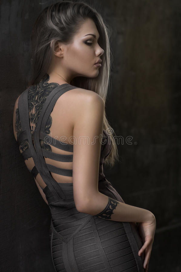 Фотомодель представляя в красивом платье стоковое изображение rf
