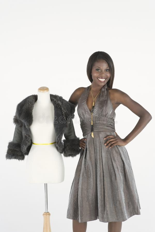 Фотомодель стоя около куклы портноя с курткой болеро меха стоковое изображение rf