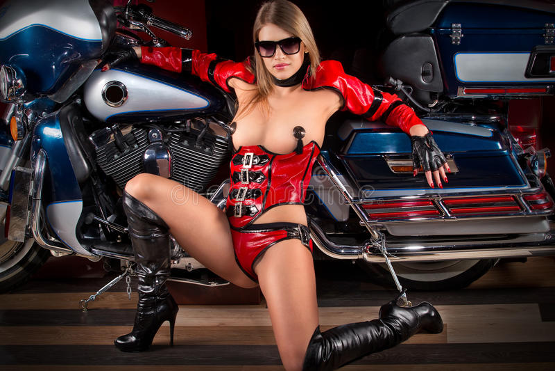 Фотомодель с мотоцилк стоковое изображение rf